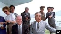 지난 1994년 평양을 방문한 지미 카터 전 미 대통령(왼쪽)이 김일성 북한 주석(왼쪽)과 만났다.
