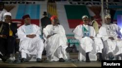 'Yan takarar shugaban kasa Rochas Okorocha, Sam Nida-Isaiah, Rabiu Kwankwaso, Muhammadu Buhari da Atiku Abubakar suna zaune a lokacin da suke gabatar da kudurinsu a babban taron APC, Disamba 11, 2014.