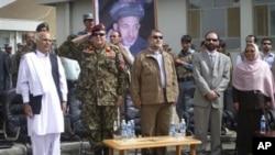 Le ministre afghan de la Défense ( second à droite) durant la cérémonie de transfert des responsabilités de l'OTAN aux forces afghanes dans la province du Bamiyan