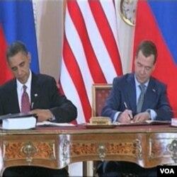 Barack Obama i Dmitry Medvedev potpisuju novi START na summitu u Pragu u aprilu 2010. godine