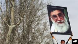一名亲政府的伊朗人高举着最高领袖哈梅内伊的画像