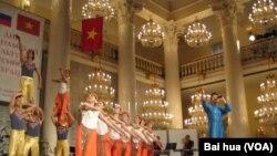 2014年夏季在莫斯科等俄罗斯城市举办越南文化节活动期间,演员们在表演。(美国之音白桦)