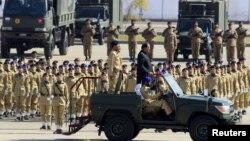 ປະທານາທິບໍດີ ປາກິສຖານ ທ່ານ Mamnoon Hussain ທຳການກວດແຖວ ກອງທະຫານ ໃນລະຫວ່າງ ພິທີເດີນສວນສະໜາມ ສະຫລອງ ວັນສາທາລະນະລັດ ປາກິສຖານ ຢູ່ທີ່ນະຄອນຫລວງ Islamabad, ວັນທີ 23 ມີນາ 2015.