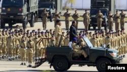 Presiden Pakistan Mamnoon Hussain memeriksa pasukan dalam parade Hari Pakistan di Islamabad, 23 Maret 2015 (REUTERS/Faisal Mahmood )