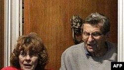 Ông Joe Paterno và vợ, bà Susan, ra trước cửa nhà để cám ơn các ủng hộ viên sau khi ban quản trị trường Đại học Pennsylvania đưa ra quyết định sa thải ông Paterno