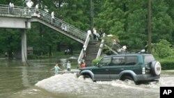 지난 2007년 8월 북한 평양 도로가 홍수로 물에 잠겼다. 당시 북한은 전국에서 폭우로 200여명이 숨지거나 실종됐다고 밝혔다. (자료사진)