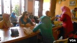Suasana di PT Hadi Jaya, agen penyalur pembantu rumah tangga sementara di Depok, Jawa Barat. (VOA/Alina Mahamel)