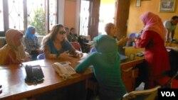 Uy xizmatkori bo'lib ishga kirish uchun ayollar suhbatdan o'tmoqda, Indoneziya