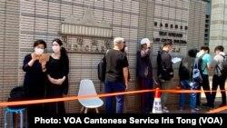 香港47名民主派人士被控串謀顛覆國家政權案,3月2日第二日提堂,仍然超過100名市民在法庭外排隊聲援各被告 (攝影:美國之音湯惠芸)