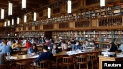 Mahasiwa Universitas KU Leuven di Leuven, Belgia sedang belajar di perpustakaan, 8 Juni 2016.