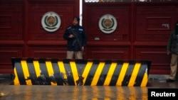 Polisi berjaga-jaga di luar Khyber Pakhtunkhwa House, tempat negosiasi berlangsung antara pejabat pemerintah Pakistan dan Taliban di Islamabad (6/2). (Reuters/Mian Khursheed)
