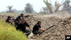 عکس آرشیوی گروههای مسلح شیعه عراقی در حال آماده شدن برای مبارزه با پیکارجویان گروه «دولت اسلامی» در ۷۰ کیلومتری جنوبی بغداد