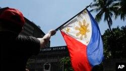 2019年6月21日菲律宾抗议者在菲律宾首都马尼拉外交部大楼外抗议