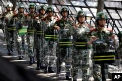 中国武警2012年9月19日在日本大使馆入口外面携带盾牌行进。此前几天,中国各地针对钓鱼岛问题爆发了愤怒示威。