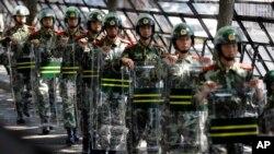 중국 무장경찰관들이 반일 집회가 예고된 베이징 주재 일본대사관 입구를 막고 있다. (자료사진)