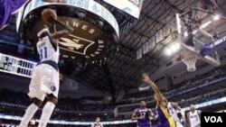 Jason Terry melepaskan tembakan tiga angka ketika melawan Los Angeles Lakers di game 4 putaran kedua playoff NBA hari Minggu (8/5) di Dallas. Mavericks menang 122-86.