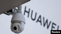 Camera an ninh cạnh logo của công ty Huawei ở Bắc Kinh.