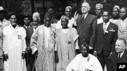 Des anciens combattants venus du Madagascar et du reste de l'Afrique lors d'une rencontre avec le président français Charles de Gaule à Paris, France, 13 juillet 1962.