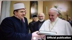 Papa Francis na Naim Ternava