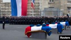 Французские полицейские прощаются со своими коллегами, тремя полицейскими, погибшими во время террористических нападений в столице страны на прошлой неделе. Париж. 13 января 2015 г.