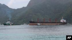 Kapal kargo Korea Utara, Wise Honest (kanan) diderek ke Pelabuhan Pago Pago, 11 Mei 2019 di Pago Pago, Samoa Amerika.