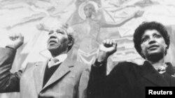 លោក Nelson Mandela និងអតីតភរិយា Winnie ច្រៀងបទភ្លេងរបស់គណបក្ស African National Congress ក្នុងអំឡុងកិច្ចប្រជុំសាសបាអន្តរជាតិមួយនៅទីក្រុងហ្សឺណែវប្រទេសស្វ៊ីស កាលពីថ្ងៃទី៨ ខែមិថុនា ឆ្នាំ១៩៩០។