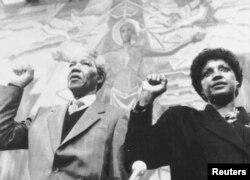 VaNelson Mandela naAmai Winnie Mandela, Geneva June 8, 1990. REUTERS/Mike Marucci - RTR1L82T