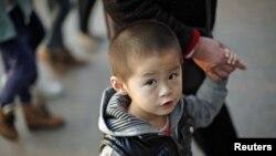 一名男童11月28日和祖母在上海市中心一個商業區遊逛﹐中國政府醞釀改變一胎化政策