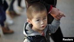 28일 중국 상해에서 할머니 손을 잡고 거리를 걷는 아이.