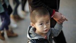 Dečak sa bakom u Šangaju