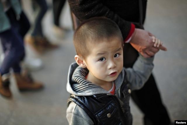 Chính sách một con áp dụng trong nhiều thập niên qua cộng với văn hoá trọng nam khinh nữ ở Trung Quốc đã làm cho nhiều gia đình quyết định phá thai khi biết được thai nhi đó là thai nhi nữ.