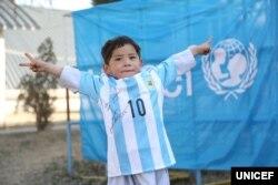 Murtaza Ahmadi dengan kaos sepakbola yang diberikan oleh Lionel Messi.