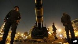9일 이집트 대통령궁 주변에 배치된 군 탱크.