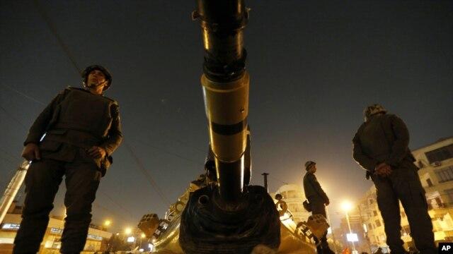 Vojnici na tenku ispred predsedničke palate u Kairu