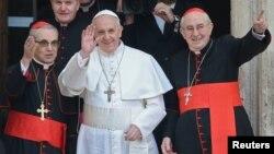 ວັງວາຕິກັນ ເລືອກເອົາພະກາດີນານ Jorge Bergoglio (ກາງ) ຂອງອາເຈັນຕີນາໃຫ້ເປັນຜູ້ນໍາຂອງສາສະ ໜາໂຣມັນຄາໂຕລິກຄົນໃໝ່