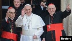 Ðức Giáo hoàng Phanxicô, cựu Hồng y Jorge Bergoglio của Argentina, là linh mục dòng Tên đầu tiên được chọn làm Giáo hoàng và là Giáo hoàng đầu tiên lấy tên Phanxicô.