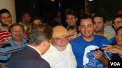 El presidente Lula da Silva fue calurosamente recibido al llegar al hotel Atlante Plaza en Recife, donde recibió como regalo un sombrero de cuero.