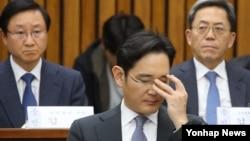 이재용(가운데) 삼성전자 부회장이 6일 국회에서 열린 '최순실 국정농단 의혹' 국정조사 청문회 증언 도중 안경을 고쳐쓰고 있다.
