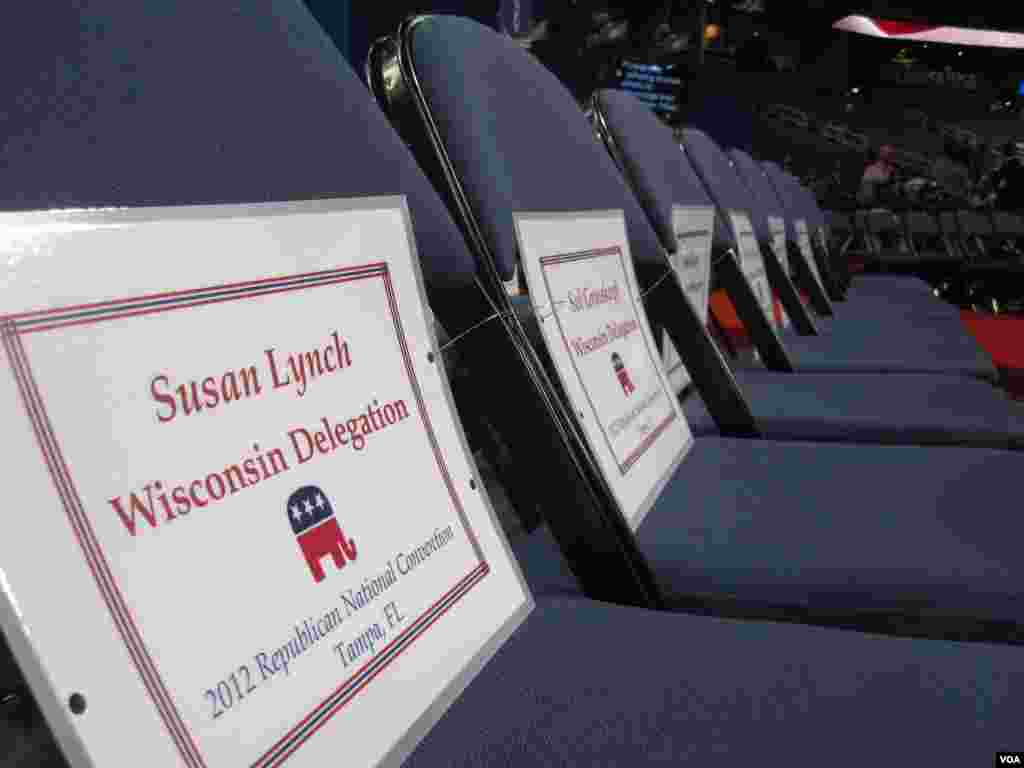 Seating assignments are put out ahead of the convention, Tampa, Florida, August 27, 2012. (N. Pinault/VOA)