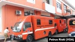BPBD Jawa Timur menyiapkan kendaraan operasional untuk membantu di daerah bencana (Foto: VOA/Petrus)