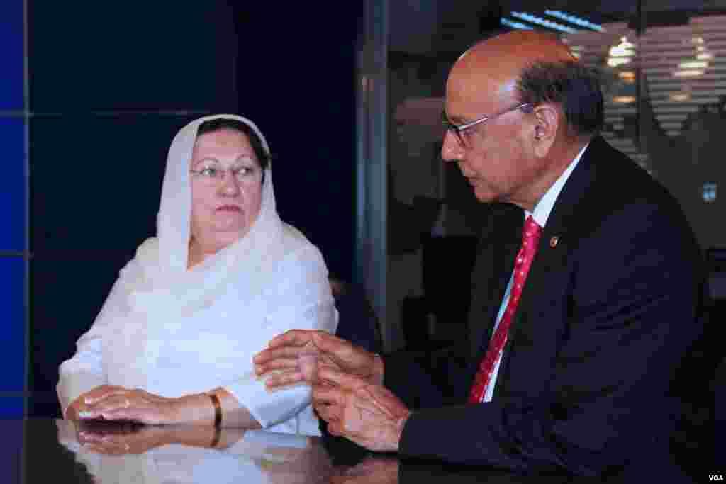 خضر خان اور ان کی اہلیہ وی او اے اردو سروس کےلیے انٹرویو دیتے ہوئے