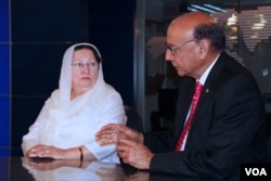 خضر خان اپنی اہلیہ غزالہ خان کے ساتھ وائس آف امریکہ کے ایک ٹی وی شو میں شریک ہیں۔ فائل فوٹو