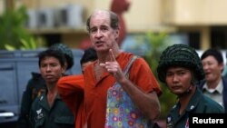 Australia filmmaker James Ricketson (C) speaks to the media at the Supreme Court in Phnom Penh, Cambodia, Jan. 17, 2018.