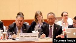 美国国务院负责美中反腐谈判的官员罗文礼(David Luna 左)在APEC反腐权力机构和执法机构网络(ACT-NET)的会议上。(作者提供)