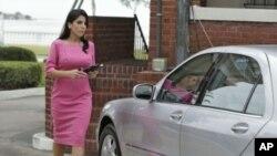 吉爾.凱利11月13日在离開佛羅里達州坦帕市她家時的照片 (美聯社)