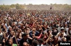 Supporters of Bekele Gerba, secretary-general of the Oromo Federalist Congress (OFC), chant slogans to celebrate Gerba's release from prison, in Adama, Oromia Region, Ethiopia, Feb. 14, 2018.