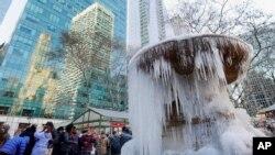 Fuente congelada en el parque Bryant de Nueva York.