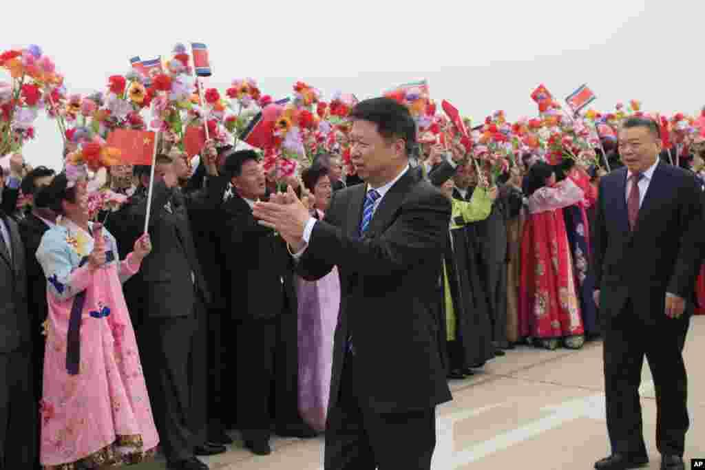 2018年4月13日,朝鲜人欢迎中共中联部部长宋涛为首的中国艺术团到平壤机场。一大群中国演员抵达朝鲜参加4月31日春季友谊艺术节。