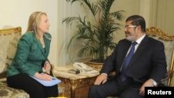 AQSh Davlat kotibasi Xillari Klinton Qohirada Misr prezidenti Muhammad Mursiy bilan Isroil-XAMAS mojarosi xususida gaplashmoqda, 21-noyabr, 2012-yil.