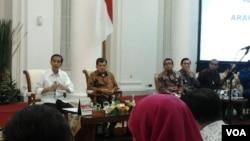 Presiden Joko Widodo dan Wapres Jusuf Kalla saat menyampaikan pengantar dalam rapat kabinet di Istana Bogor, hari Senin malam 16/2 (foto: VOA/Iris Gera).